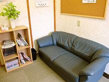 博鍼灸院待合室ソファと雑誌類